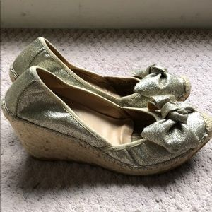 Ivanka Trump gold glitter wedge with bow. Sz 9